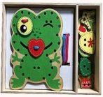 Drevená hračka na rozvíjanie zručností v tvare zelenej žaby s doplnkami