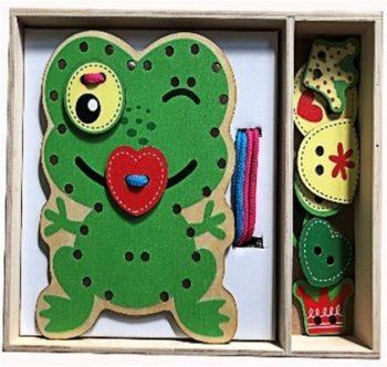 Dřevěná hračka na rozvíjení dovedností ve tvaru zelené žáby s doplňky